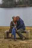 Les aînés apprécient la vue de lac Image libre de droits
