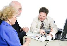 Les aînés consultent le comptable d'impôts Photo libre de droits