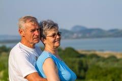 Les aînés couplent dedans dehors Photographie stock libre de droits