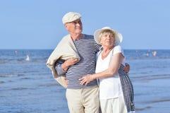 Les aînés couplent sur la plage Photographie stock libre de droits