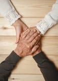 Les aînés couplent tenir des mains Photo stock