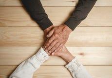 Les aînés couplent tenir des mains Image libre de droits