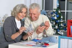 Les aînés font des décorations de Noël Image libre de droits