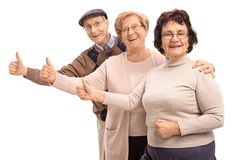 Les aînés joyeux faisant des pouces lèvent des gestes Photos libres de droits