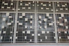 Les abat-jour de fenêtre en métal de vintage d'une vieille boutique logent l'extérieur Images libres de droits