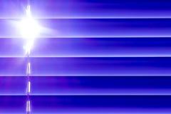 Les abat-jour horizontaux bleus sur la fenêtre créent un rythme par Image libre de droits