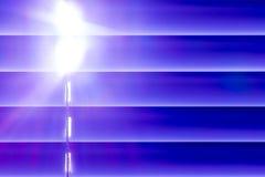Les abat-jour horizontaux bleus sur la fenêtre créent un rythme par Images libres de droits