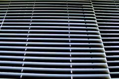 Les abat-jour horizontaux en aluminium blancs sur Windows se sont fermés Photos stock