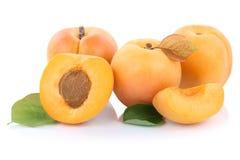 Les abricots d'abricot coupent en tranches de demi fruits frais de fruit d'isolement sur le blanc Images libres de droits