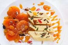 Les abricots secs, halva, confiture d'oranges, raisins secs, noix, ont séché des graines de melon et de tournesol plat des bonbon Images stock