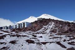 Les abris et le mont Elbrouz, Caucase, Russie Photos libres de droits