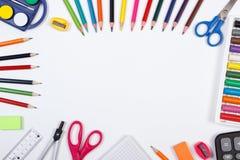 Les accessoires d'école et de bureau, de nouveau au concept d'école, copient l'espace pour le texte sur le fond blanc Photos libres de droits