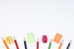 Les accessoires d'école et de bureau sur le fond blanc, de nouveau au concept d'école, copient l'espace pour le texte Photos libres de droits