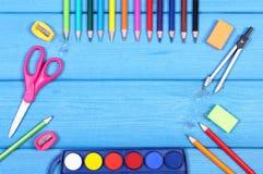 Les accessoires d'école et de bureau sur les conseils bleus, de nouveau au concept d'école, copient l'espace pour le texte Photo libre de droits