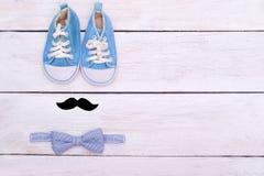 Les accessoires d'un petit monsieur se trouvent sur un dos en bois blanc Photos stock