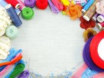 les accessoires de couture pour le kit de couture fait main encadrent le fond avec l'espace de copie Images stock