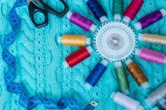 Les accessoires de couture sont sur un plaid tricoté Image stock