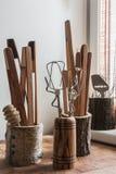 Les accessoires de cuisine dans des récipients en bois Image libre de droits