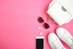Les accessoires de hippie de femme blanche se baladent, les espadrilles, le téléphone avec des écouteurs et la configuration plat Image stock