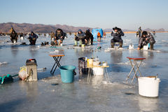 Les accessoires de pêche sur la rivière glacent, la Russie Photo stock