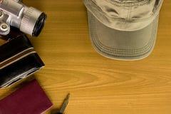 Les accessoires de voyage incluent la clé de chapeau d'appareil-photo de poche d'argent aucune Images libres de droits