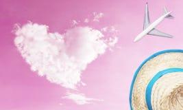 Les accessoires de voyage objecte avec le rose de nuage d'amour pour le concept de voyage Images libres de droits