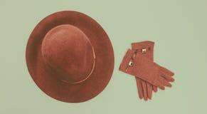 Les accessoires des femmes : chapeau de feutre et gants Type de cru photographie stock libre de droits