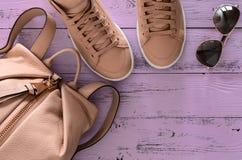 Les accessoires des femmes et le sac à dos et les espadrilles en cuir de chaussures, Photos libres de droits