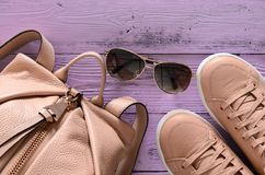 Les accessoires des femmes et le sac à dos et les espadrilles en cuir de chaussures, Images stock