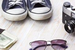 Les accessoires des hommes : portefeuille, espadrilles, lunettes de soleil et appareil-photo Photos libres de droits
