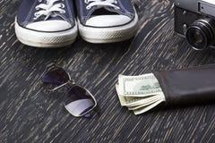 Les accessoires des hommes : portefeuille, espadrilles, lunettes de soleil et appareil-photo Photo libre de droits