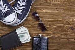 Les accessoires des hommes : portefeuille, lunettes de soleil, flacon et espadrilles Photo stock