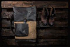 Les accessoires des hommes : sac en cuir et vieilles bottes, configuration plate Photographie stock