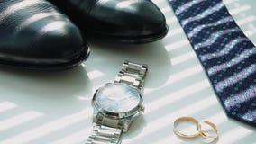 Les accessoires du mari? se trouvant sur une surface fonc?e, mariage flatlay clips vidéos