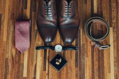 Les accessoires du ` s de marié Chaussures en cuir sur le fond avec le lien et la vue supérieure de boutons de manchette, Image stock
