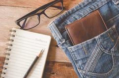 Les accessoires et l'habillement pour les hommes sur un plancher en bois - modifiez la tonalité le vintage images libres de droits