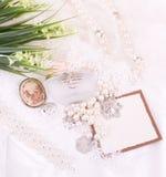 Les accessoires et le drapeau nuptiales ajoutent avec des fleurs Photographie stock libre de droits