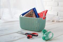 Les accessoires faits main autoguident les paniers colorés par organisateurs avec des outils Images stock