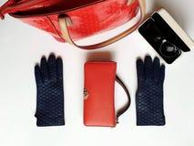 Les accessoires l ressort rouge Autumn Womens Accessories de femmes de mode de bourse de lunettes de soleil de gants en cuir vêtx photographie stock libre de droits