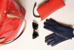 Les accessoires l ressort rouge Autumn Womens Accessories de femmes de mode de bourse de lunettes de soleil de gants en cuir vêtx photos stock