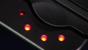 Les accumulateurs chargeant l'indicateur de batterie La lampe de niveau de remplissage s'allument et meurent loin clips vidéos