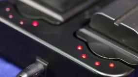 Les accumulateurs chargeant l'indicateur de batterie La lampe de niveau de remplissage s'allument et meurent loin banque de vidéos