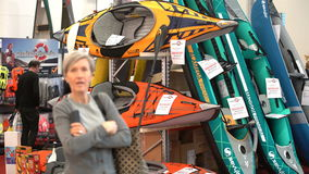 Les acheteurs choisissant un canoë dans les sports font des emplettes clips vidéos