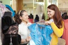 Les acheteurs choisit la robe de soirée dans la mémoire Photographie stock libre de droits