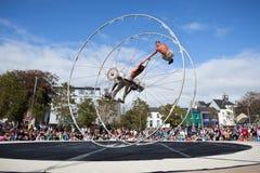 Les acrobates exécute dans le grand dos photos libres de droits