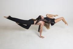 Les acrobates exécutent images libres de droits