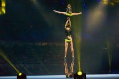 Les acrobates ont fixé la pyramide photo stock