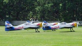 Les acrobaties aériennes de taureaux de vol Team Zlin-50LX se préparant au roulement sur le sol pour le décollage Image libre de droits