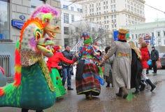 Les acteurs de rue et les gens du commun dansent sur la rue Photographie stock libre de droits
