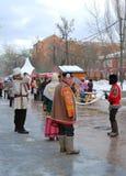 Les acteurs de Streen dans des costumes nationaux colorés se tiennent sur la rue Photos stock